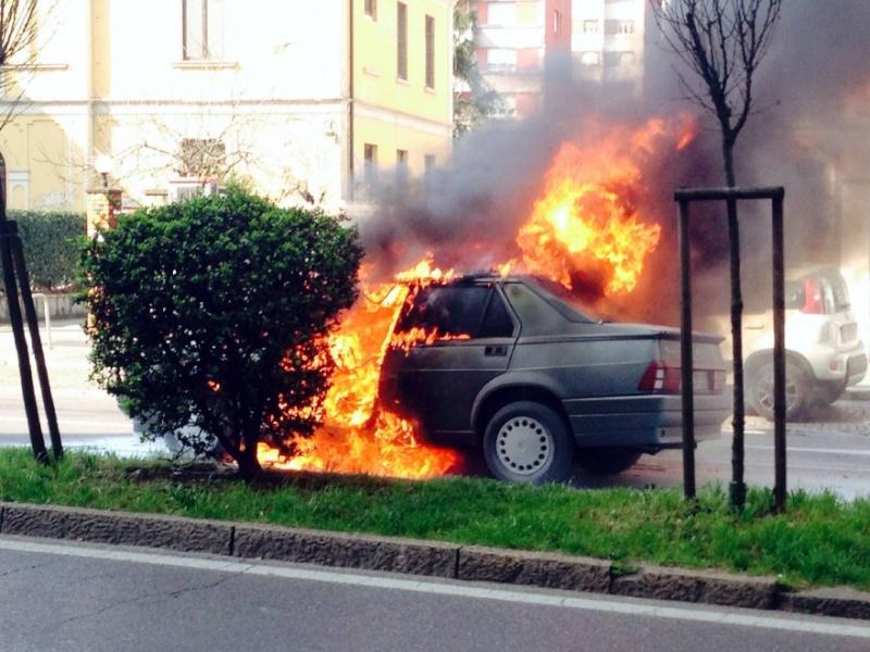 Si incendia un'Alfa 75 a GPL 12060210