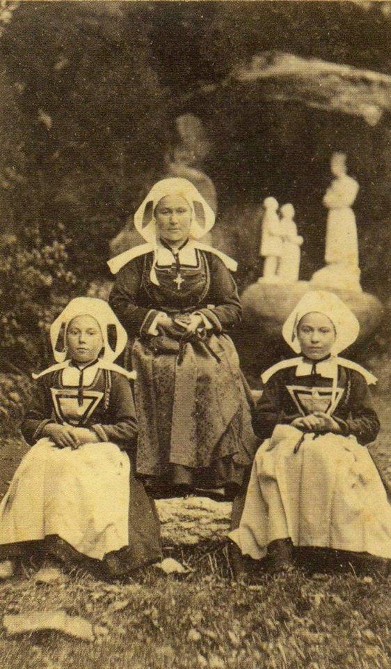 maman de Trégunc (29) et ses deux filles (1880) 10006210
