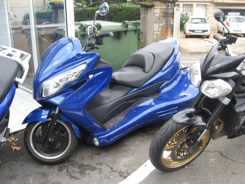 Scoot-trike vu chez mon concessionnaire aujourd'hui. De quelle marque est-il ???  Img_2610