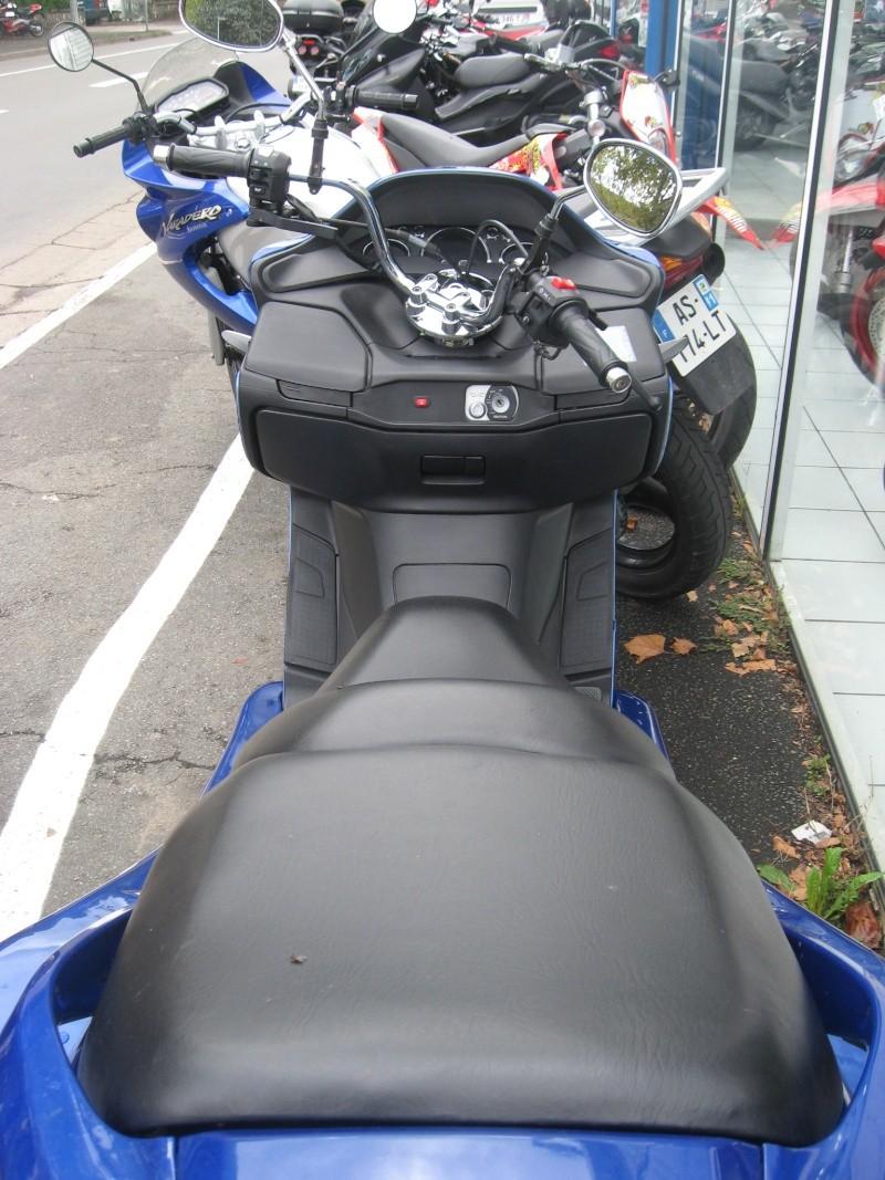 Scoot-trike vu chez mon concessionnaire aujourd'hui. De quelle marque est-il ???  Img_2614