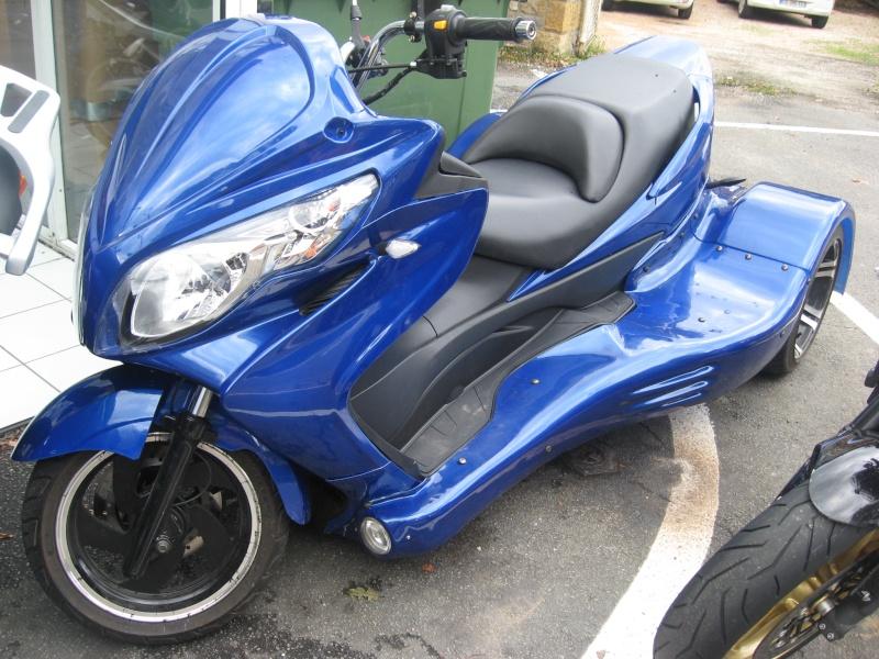 Scoot-trike vu chez mon concessionnaire aujourd'hui. De quelle marque est-il ???  Img_2615