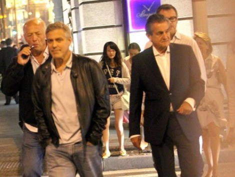 George Clooney walks with some friends through the center of Shanghai Essen10