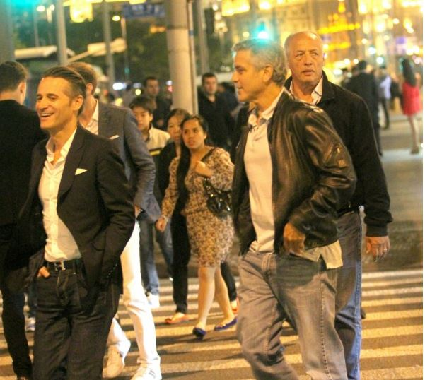George Clooney walks with some friends through the center of Shanghai Essen410