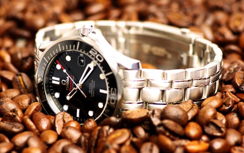 Dilemme entre deux plongeuses : Omega et Breitling 1280x810
