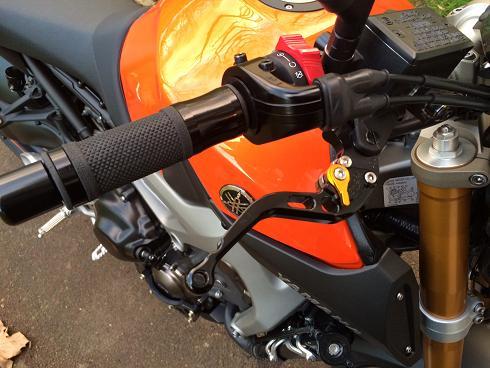 ma mt09 orange - nouveaux équipements  Poigne10