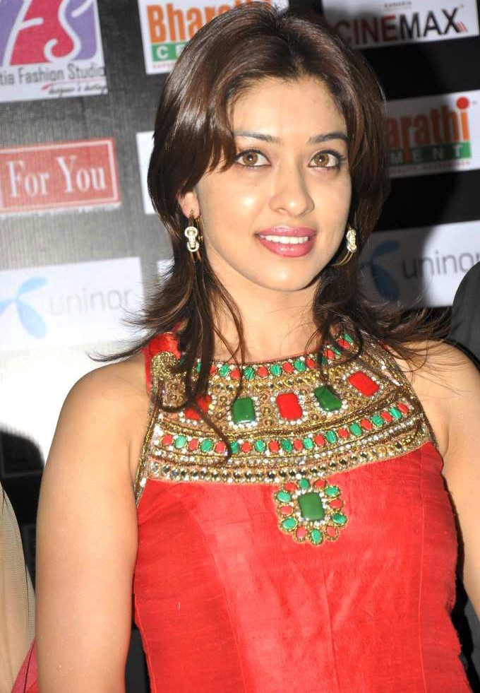 Payal Ghosh Amazing in Red & Green Photo Gallery Payal-14