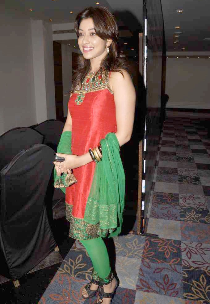 Payal Ghosh Amazing in Red & Green Photo Gallery Payal-20