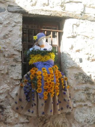 ALPES MARITIMES (06) Tourettes sur le loup décoration des riues et fête des violettes 31210