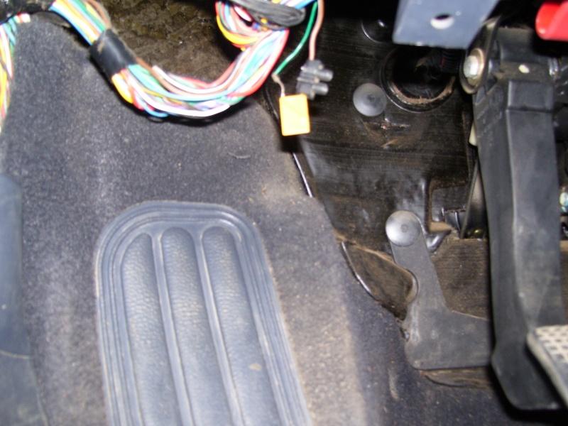 Composant électronique inconnu sous platine à fusibles 100_1111