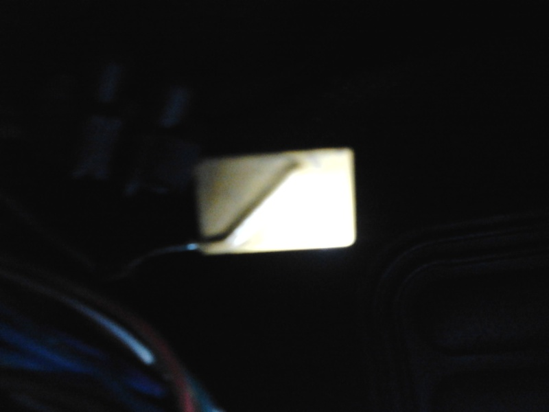 Composant électronique inconnu sous platine à fusibles Photo010