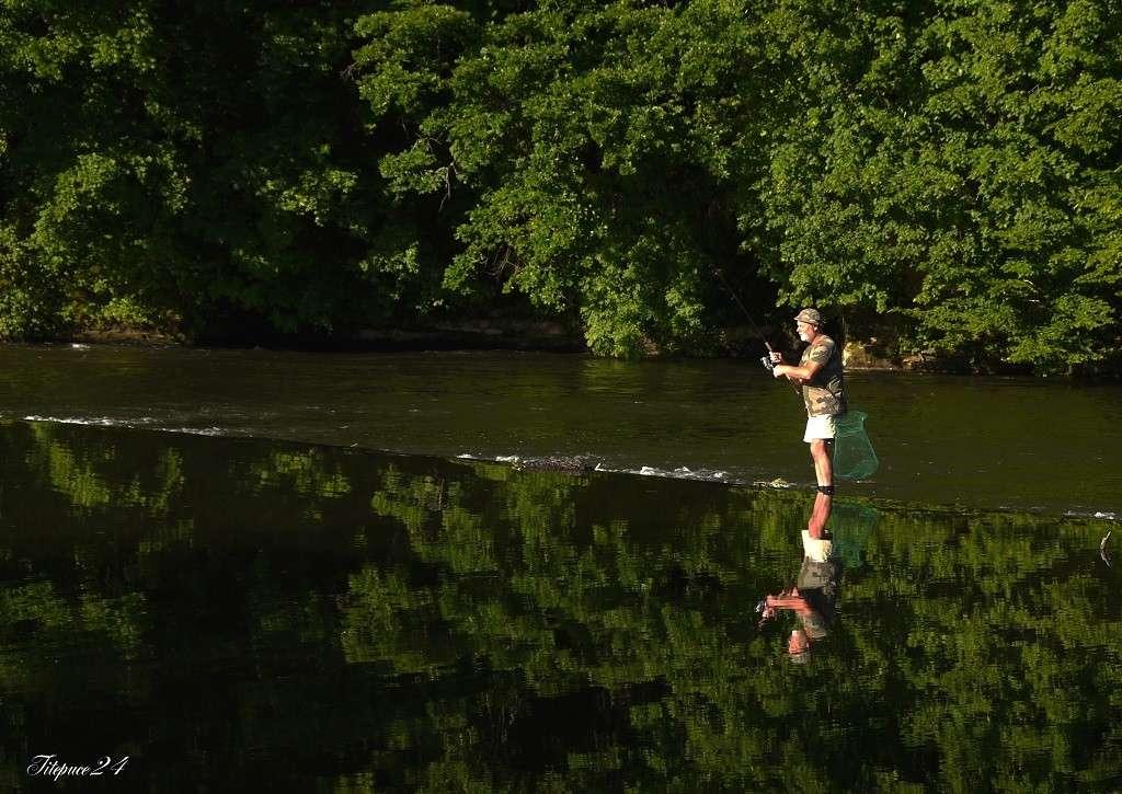Pêcheur sur le petit barrage de l'Isle- Périgueux et les pêcheurs qui déjeûnent  031_co10
