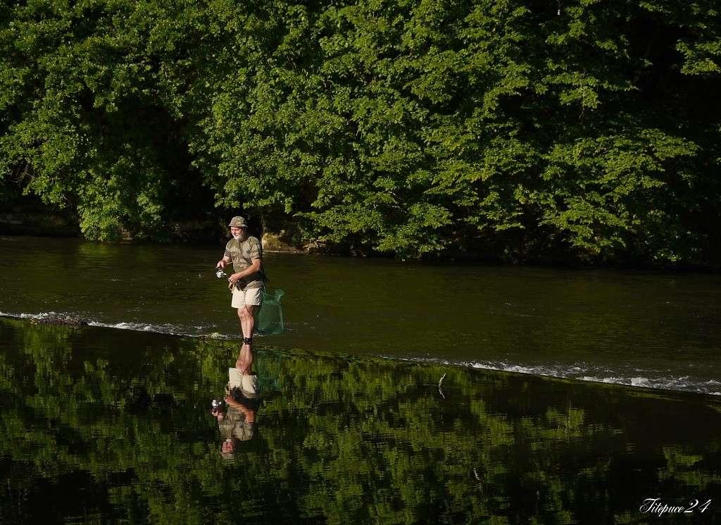 Pêcheur sur le petit barrage de l'Isle- Périgueux et les pêcheurs qui déjeûnent  032_co10