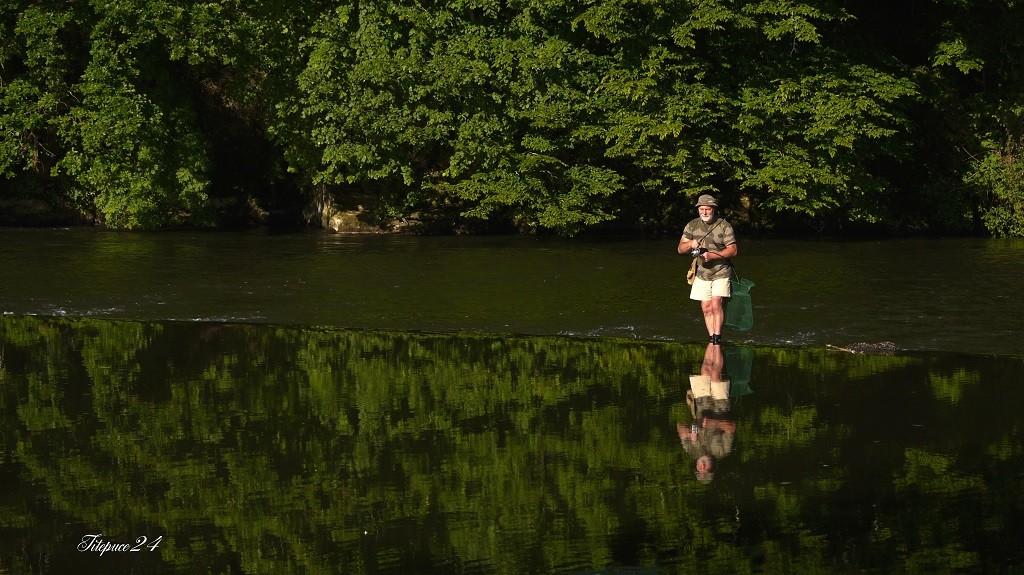 Pêcheur sur le petit barrage de l'Isle- Périgueux et les pêcheurs qui déjeûnent  037_co10