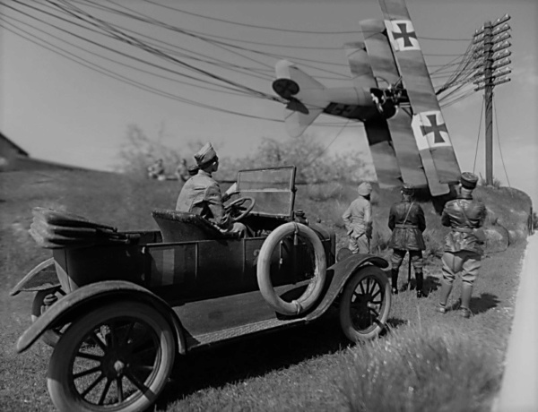 """L' oiseau blessé d'une flèche 1918 -[RODEN] Fokker DR1 1/32 (ROD 605)-[ICM] Ford t touring 1/35 (n°35667) """"FIN"""" - Page 16 Dscf8710"""