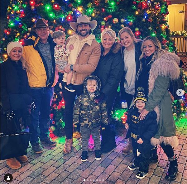 Emily Maynard - Tyler Johnson & Family - SM - Updates - Fan Forum - Page 74 Captu229