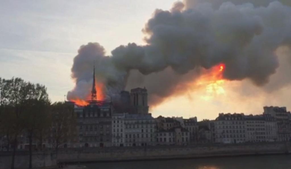 Terrible incendie de Notre Dame de Paris le 15 Avril 2019 au soir - Page 3 Snzym395
