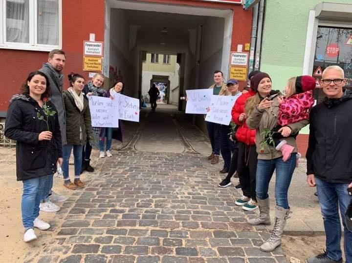 Lajme Ditore: Ne Berlin te Gjermanise priten muslimanet me lule 20190392