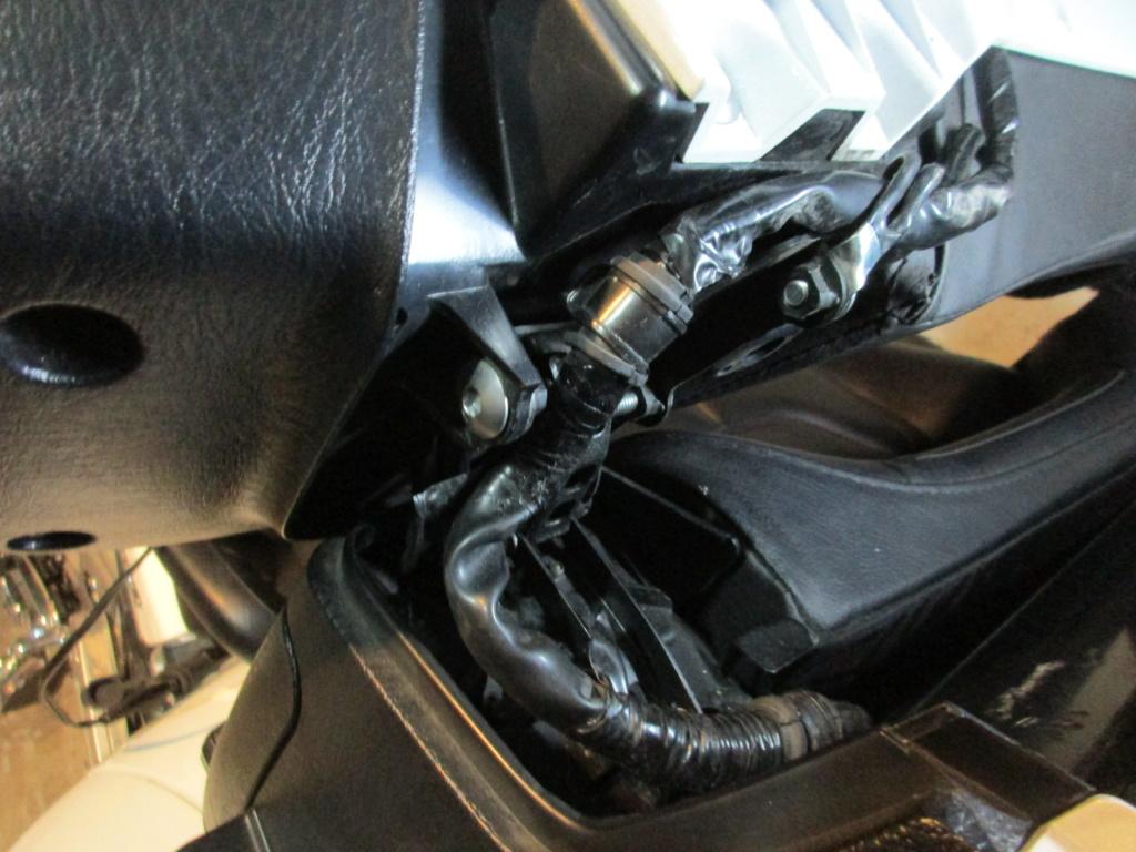 bon positionnement du câblage électrique au niveau des compas de fermetures du coffre arrière Img_2417