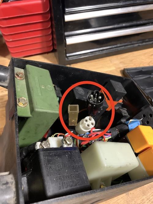 Unconnected connectors / fuse box ? Kl100_11