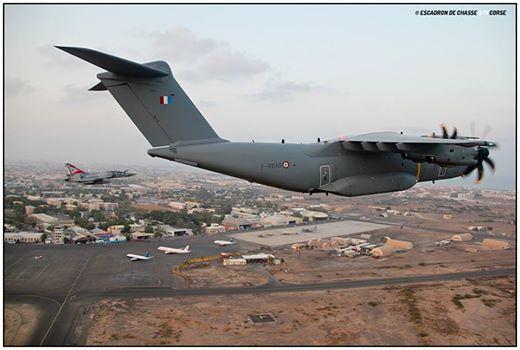 Arrivée de l'A400 de l'ET 1/61 encadré par un Mirage 2000-5 et un Mirage 2000D (photographe) au-dessus de l'aéroport international de Djibouti 1_a40010