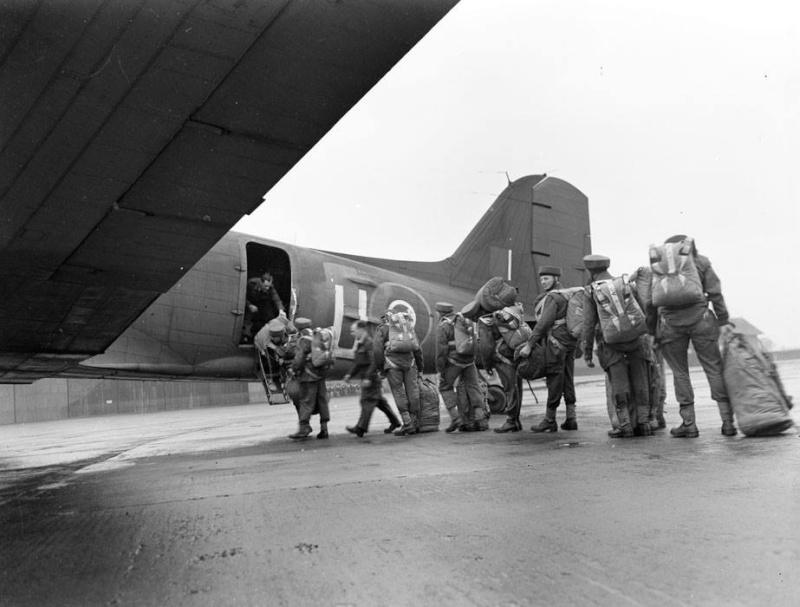 """Parachutistes français du """"French Squadron""""embarquant en Angleterre dans un C47 Z_para10"""