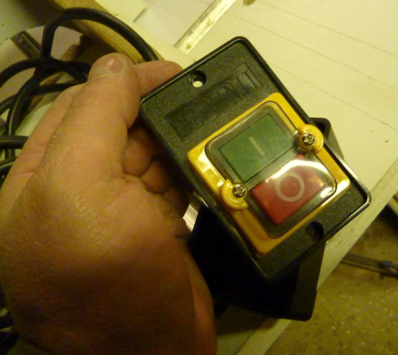 Comment s'ouvre ce boitier électrique ? Interr10