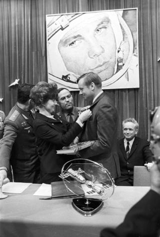 Neil Armstrong à Moscou... Rian_a10