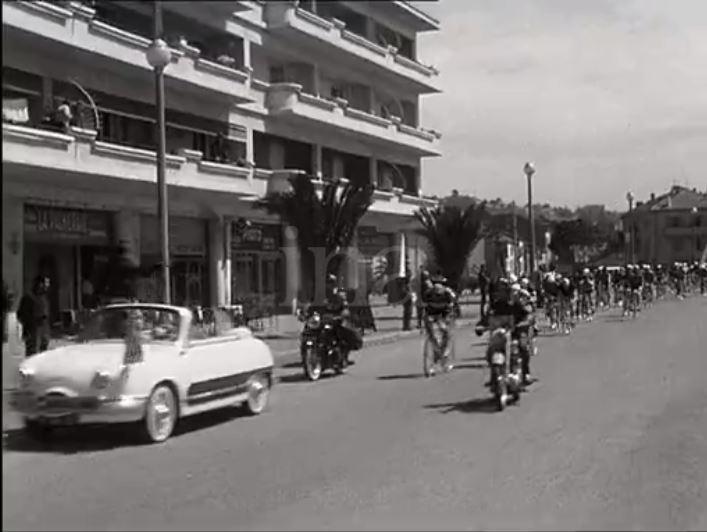 En 1959 - DEPART du Tour du Sud à partir du centre-ville de FREJUS 1959-d21