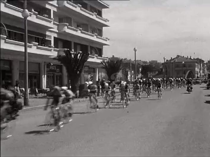 En 1959 - DEPART du Tour du Sud à partir du centre-ville de FREJUS 1959-d22