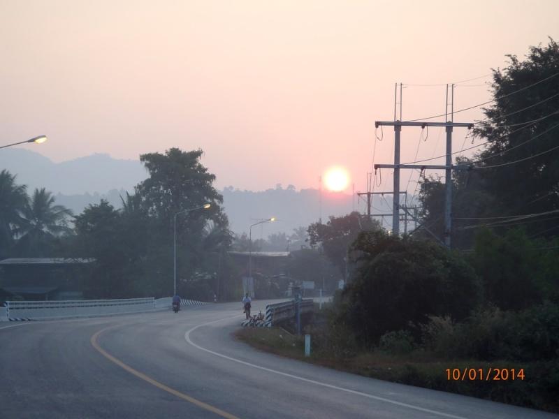 Lever de soleil en Thailande P1091410