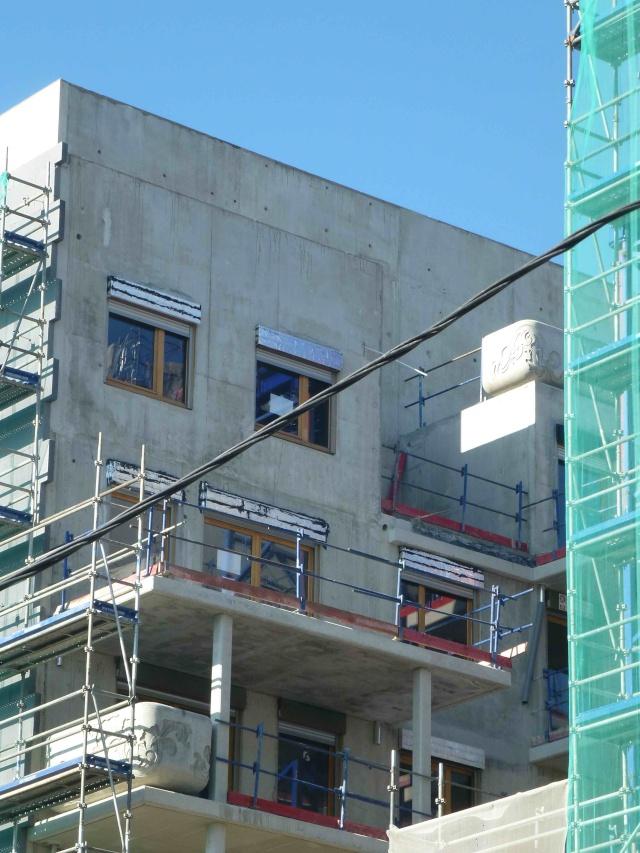 Jardinière en béton sur les balcons P1170813