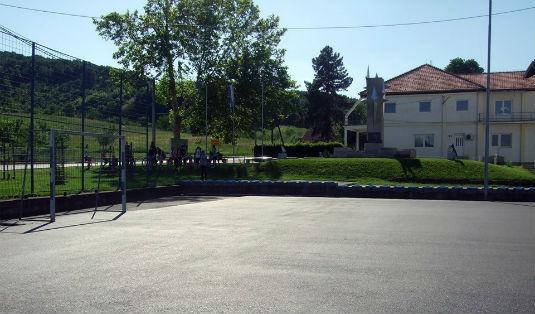 Foto-Novoasfaltirano igralište u Zoviku 10156110