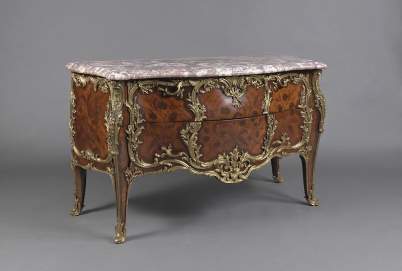 Une console en bois doré de style Louis XV B6995110