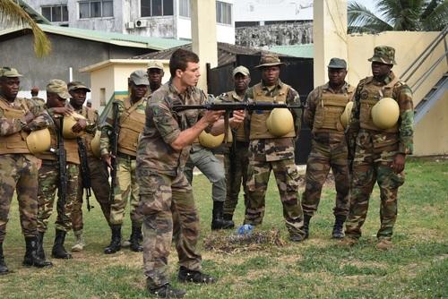Armée du Gabon - Page 5 _12f357