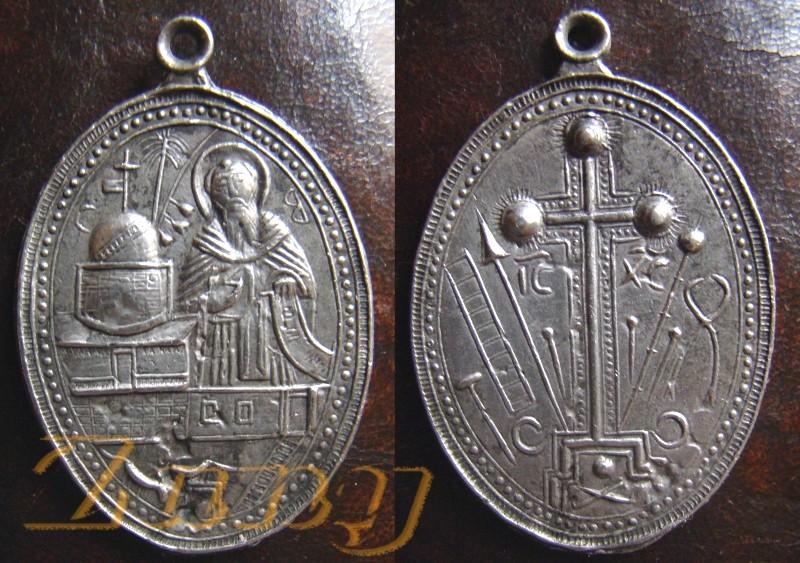 Médaille probablement Instruments de la Passion et St-Benoît  Amedai10