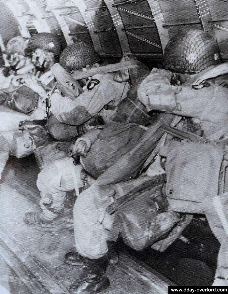 """Dans le Dakota, paras assis de la 101e Airborne avant le le grand saut -  Paras assis de la """"one-zero-one"""" 0_80_d10"""