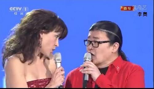 """Gala de la fête du Printemps de CCTV : Sophie Marceau chante en duo avec Liu Huan """"La vie en rose"""" - 央视春晚:苏菲·玛索与刘欢二重奏《玫瑰人生》    Sopm-l10"""