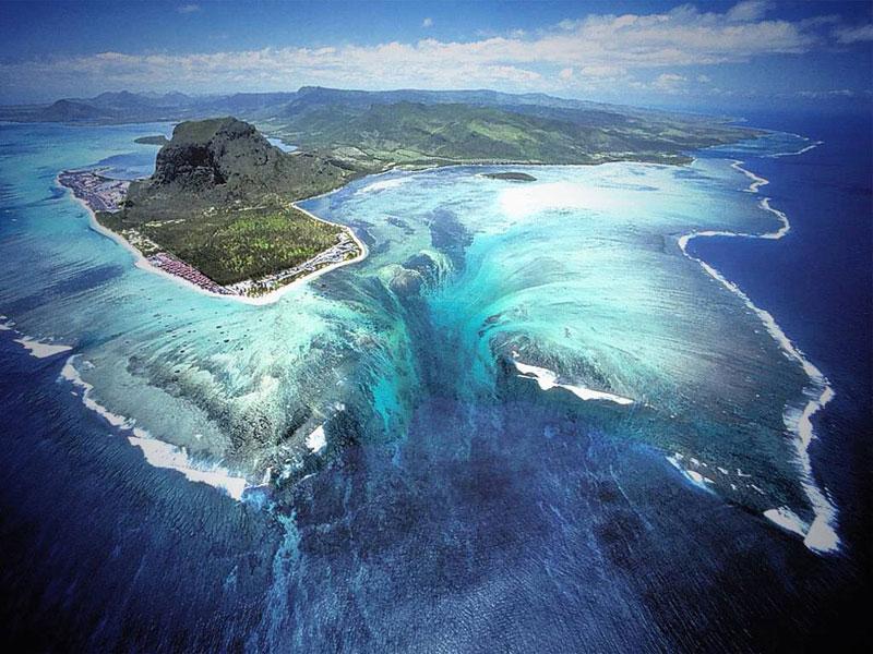 La chute d'eau qui s'enfonce dans les profondeurs de l'océan Chute_10