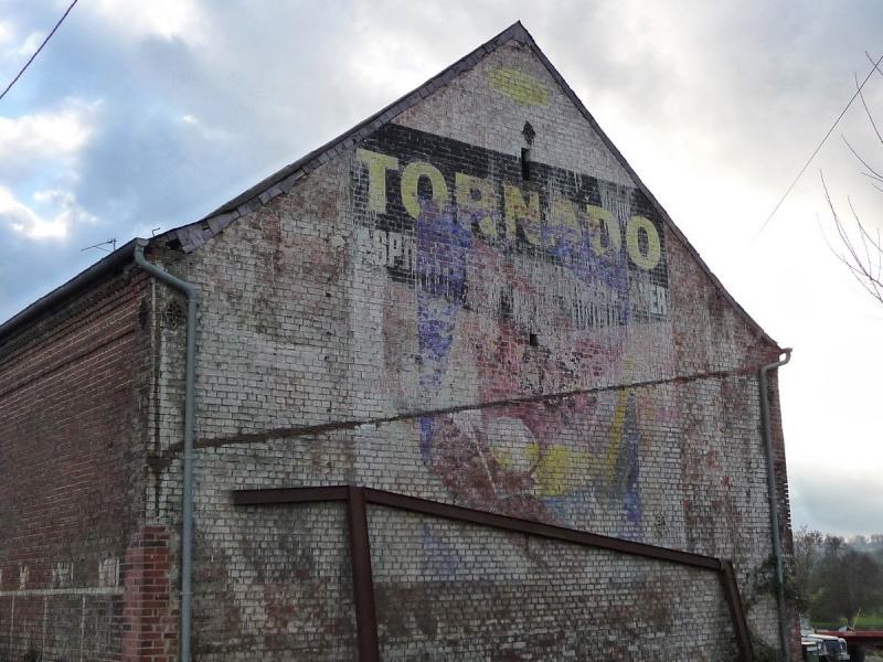 Les chemins de Clio - Friches industrielles, anciens magasins et murs peints en France Laroui11