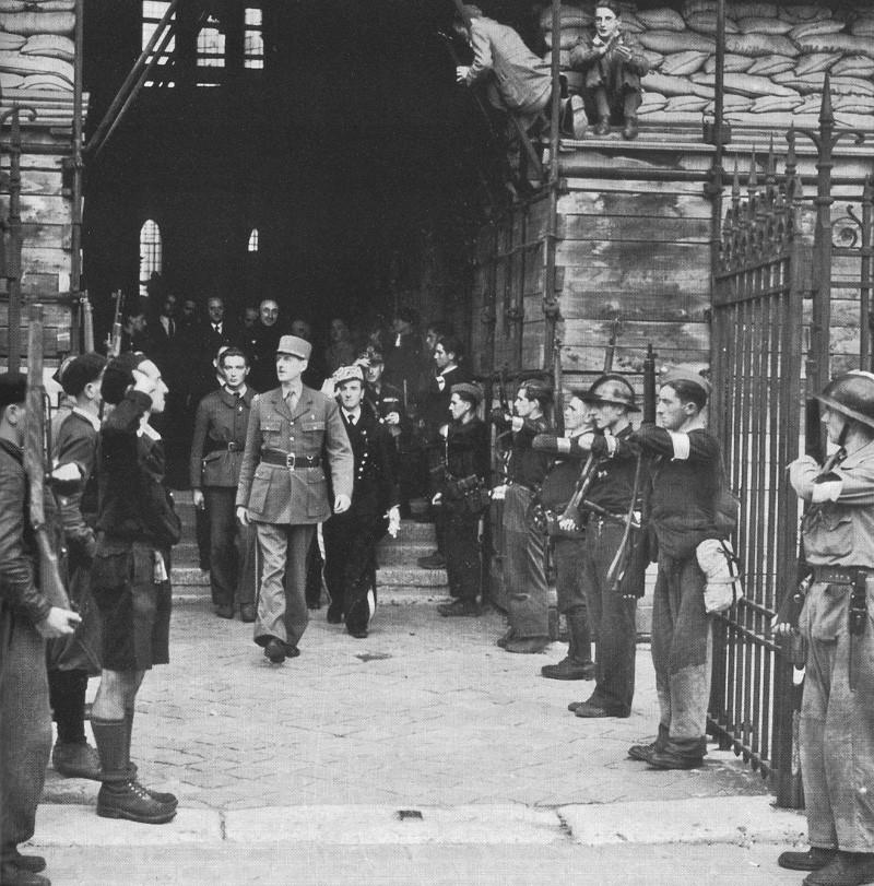 De Gaulle à Notre-Dame de Chartres après le Te Deum le 23 août. De_gau10