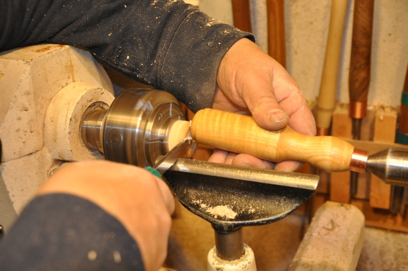 Tournage d'un manche de ciseau à bois munie d'une soie  ( turning a handle for a tang type chisel) 13410