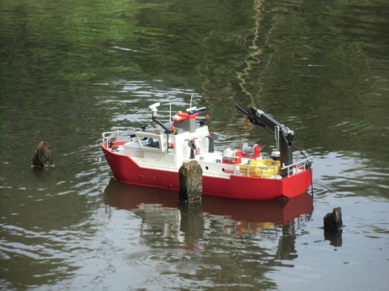 Feuerlöschboot aus einem Frachter - was man so basteln kann ..  Cimg0913