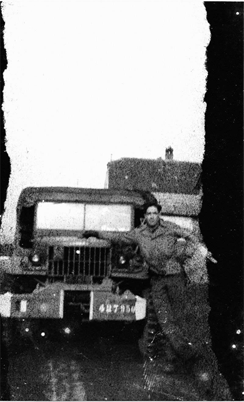 photo de mon beau père devant son véhicule Img10