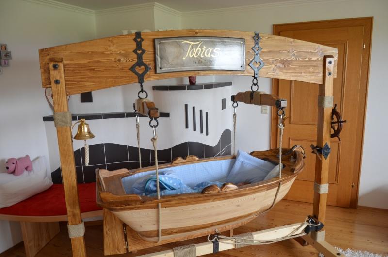 ein boot als babywiege. Black Bedroom Furniture Sets. Home Design Ideas