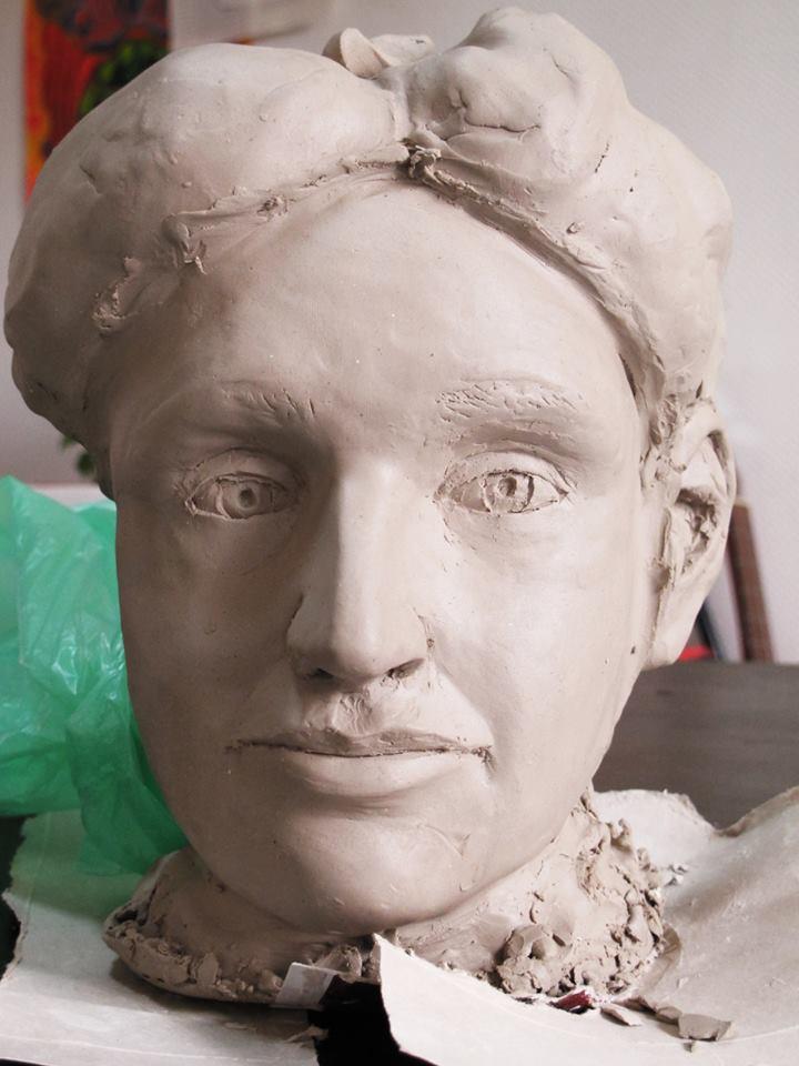 sculpture en terre du visage d'une femme et de son buste  15517010