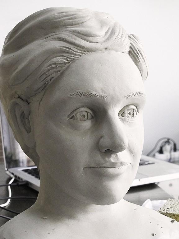 sculpture en terre du visage d'une femme et de son buste  Portra11
