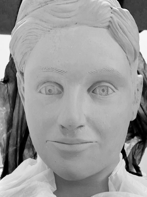 sculpture en terre du visage d'une femme et de son buste  Portra13