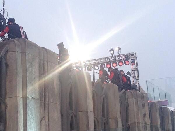 [UPDATE - VIDEO] Gli U2 eseguono 'Invisible' sul tetto della NBC 16218310