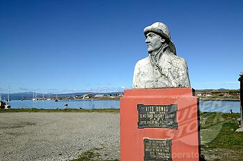 Vito Dumas, ou la nav astro de réchappe ! - Page 2 Statue10