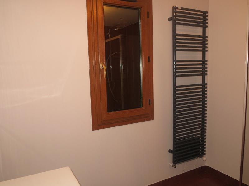 salles de bains ocre blanc noir bleu choix du rideau des meubles et accessoires merci Img_0612
